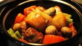 Bữa cơm gia đình ấm cúng với món thịt kho khoai môn lạ miệng