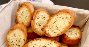 Bánh mì bơ tỏi ăn kèm salad cho bữa tối thêm hấp dẫn