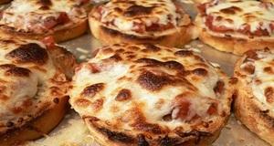 Pizza bánh mì kiểu Ý lạ miệng đơn giản nhưng cực ngon