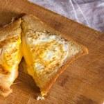 Làm bánh mì chiên trứng sốt phô mai thơm ngon đơn giản